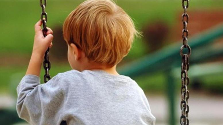 foto di un bambino introverso