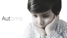La foto riprende un bambini autistico